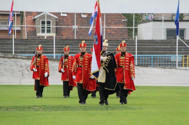 Pripadnici Počasno zaštitne bojne u ceremonijalnoj odori