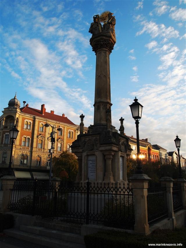 Sambotel, Szombathely, stup sv. Trojstva, Fo ter