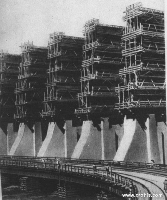 Hidrocentrala na Dnjepru. Jedno od glavnih obećanja boljševičke vlasi u Sovjetskom savezu bilo je širenje upotrebe električne energije. Simbol tih nastojanja je ova velika hidrocentrala na Dnjepru (Dnjepropetrovsk).