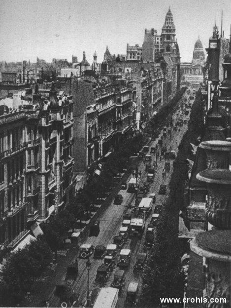 Avenija u Buenos Airesu. Između dva svjetska rata i pojedine južnoameričke države kao da su svojim gospodarskim napretkom i životnim standardom stanovništva konkurirale SAD-u. To se posebno odnosilo na Argentinu. O tome svjedoče i široke avenije Buenos Airesa pune automobila u ovom razdoblju.