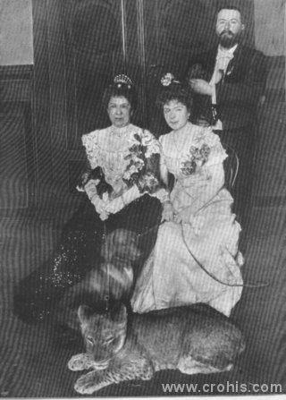 Važan dio života dama iz najviših društvenih slojeva bio je dobrotvorni rad. Ovdje je prikazana supruga njemačkog kancelara kako drži lavića na uzici. Bizarna fotografija je rezultat činjenice da je ova ugledna dama bila pokroviteljica berlinskog zoološkog vrta.