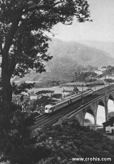 Talijanski električni vlak. Širenje upotrebe električne energije je jedno od glavnih obilježja druge industrijske revolucije između dva svjetska rata. Ona se koristi i u transportu kako svjedoči slika ovog talijanskog električnog vlaka.
