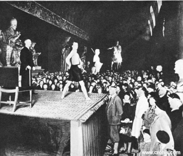 """""""Kultura tijela"""" u muzeju. Sport nije samo zabava nego i umjetnost. Sportom oblikovano ljudsko tijelo umjetničko je djelo. Tako se u Danskoj gimnastika podučava u muzeju."""