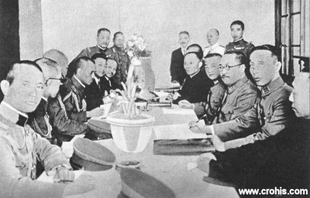 Potpisivanje japansko-kineskog primirja. Početkom 30-tih godina 20. st. japanska agresija na Kinu je bila u punom jeku. Dogovori o primirju kao ovaj u Tangku kod Tsientsina između japanskog generala i zapovjednika guomintangških jedinica nisu mijenjali ništa bitno u tome.