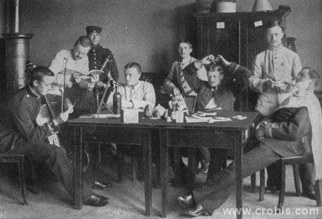 Slika pokazuje što se smatralo odgovarajućom zabavom za mladu gospodu. Kadeti sviraju, čitaju i veliko dio vremena posvećuju uljepšavanju. Obratite pozornost na bocu na stolu.