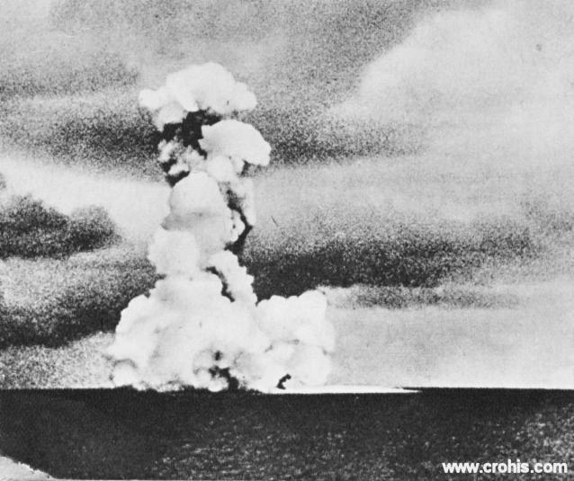 """Erupcija vulkana Krakatau. Prirodne katastrofe privlačile su pozornost ljudi od davnina. Ta fascinacija je prisutna i 30-tih godina 20. st., doduše pomiješana s izrazima divljanja """"silama"""" puno kraćeg trajanja i slabijeg utjecaja. Tako se ova fotografija erupcije vulkana Krakatau između Sumatre i Jave našla među slikama političara, filmskih i sportskih zvijezda kao samo jedna od senzacija."""
