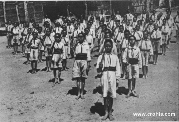 Etiopska mladež kod Addis Abebe. Europske sile vaneuropskim narodima svoje ideologije i nameću. Tako fašistička Italija militarizira mladež u okupiranoj Etiopiji po uzoru na fašističke organizacije za mlade u Italiji.