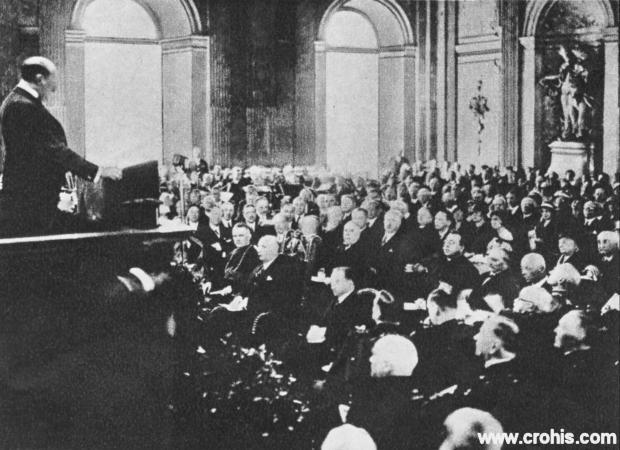 Zasjedanje međunarodnog olimpijskog odbora u Beču. U razdoblju između dva svjetska rata sport se učvrstio kao institucionalizirana aktivnost. Već tada se svojim utjecajem isticao Međunarodni olimpijski odbor.
