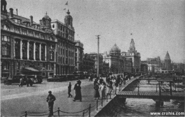 Trgovački centar Shangaia. Kina je između dva svjetska rata uložila velike napore da se modernizira po uzoru na Europu i SAD. Usprkos tome modernizacija je ostala ograničena na mala područja kao što je napr. bio Shangai.