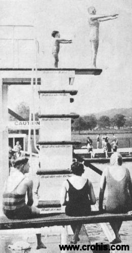 """Skakčice u vodu. Ženski sport bio je važna tema ženske rubrike """"Svijeta"""" 30-tih godina 20. st. To uvijek nije značilo i poricanje obiteljske uloge žene. O tome svjedoči i ova fotografija na kojoj se majka i njezina mala kći spremaju zajedno skočiti u vodu."""