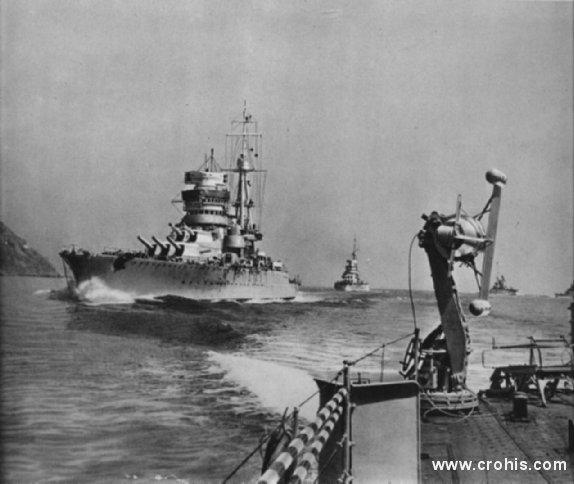 """Talijanska ratna flota u plovidbi. Pred 2. sv. r. simbol vojne, gospodarske i tehnološke moći neke države bili su bojni brodovi. Takav je slučaj bio i sa fašističkom Italijom. Na slici su dva takva broda """"Cavour"""" i """"Cesare"""" Tijek 2. sv. r. pokazao je kako je ovaj tip pomorskog oružja zastario i od njega su zaraćene strane uglavnom imale malo koristi."""