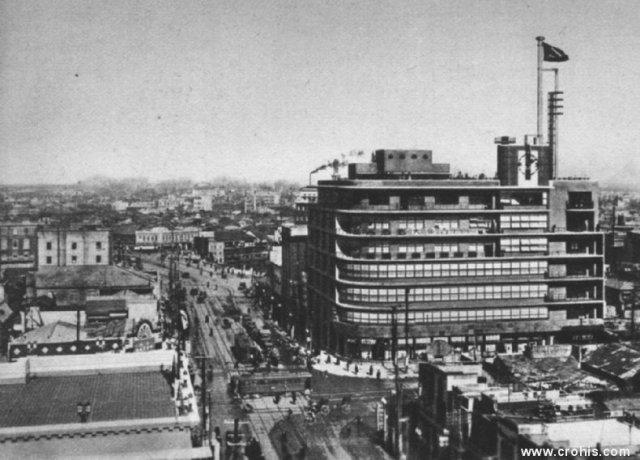 Moderna četvrt Tokya. Primjer uspješne modernizacije po europskom i američkom uzoru u Aziji, bio je Japan. Brojne gradske četvrti grade se po zapadnom uzoru. Ove užurbane ulice ubrzo će biti uništene u američkim bombardiranjima.