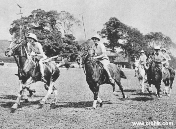 Žene igraju polo. Ženska emancipacija 30-tih godina 20. st. bila je ograničena na onaj najbogatiji dio društva. Tako je ugledni polo klub u Brightonu u Engleskoj imao i žensku ekipu koja se natjecala s muškarcima.