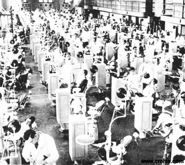 Zubna klinika u Pensylvaniji. Napreduju i tehnike liječenja. One se istovremeno i industrijaliziraju i dehumaniziraju. O tome svjedoči i dvorana zubne klinike sveučilišta Pennsylvania gdje se na jednom mjestu može tretirati istovremeno 135 pacijenata.