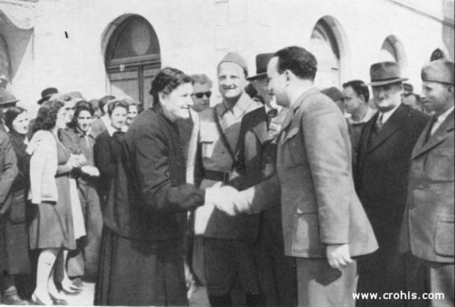 Bakarić i starica. Starica ponizno stišće ruku Vladimiru Bakariću. Slika kakvu političari vole. Izražava njihovu pokroviteljsku nadmoć nad običnim pukom.