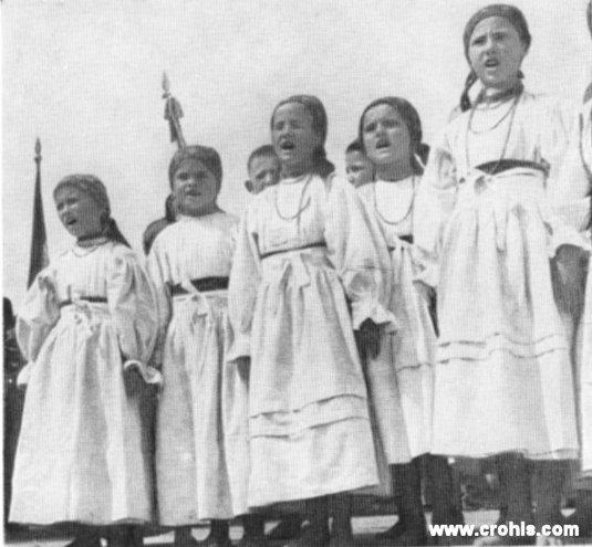 """Sa smotre hrvatske seljačke kulture. Čuvanje folklornih tradicija, """"narodne kulture"""" bio je dio djelovanja HSS od njegovih početaka. Osnivač HSS-a Antun Radić ujedno je i utemeljitelj hrvatske etnografije."""