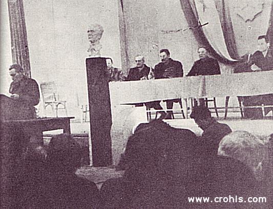 Drugo zasjedanje AVNOJ-a u Jajcu. Na drugom zasjedanju AVNOJ-a u Jajcu, potpredsjednik AVNOJ-a Moša Pijade čita odluku predsjedništva AVNOJ-a kojom se Josipu Brozu Titu dodjeljuje naziv maršala Jugoslavije. Odluke 2. zasjedanja AVNOJ-a 29. i 30. studenog 1943. u Jajcu, postavile su temelje federativnom ustrojstvu nove, socijalističke Jugoslavije ali su predstavljale i otvoreni raskid s monarhističkom Jugoslavijom jer su zabranile povratak kralja u zemlju.