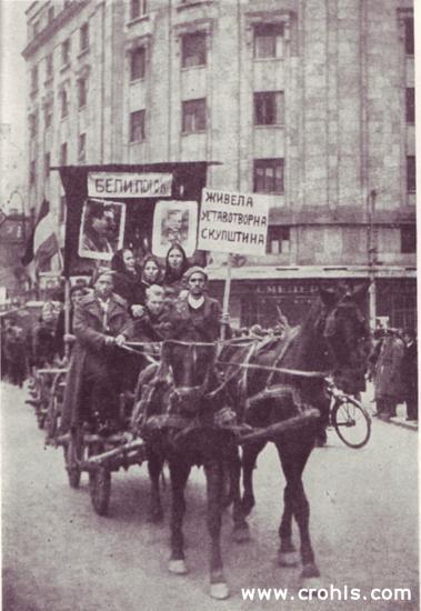 """Proslava proglašenja republike. Proglašenje republike 29. 11. 1945., trebalo je pratiti i veliko narodno veselje. Pri tome su seljaci, koji su činili uvjerljivo najveći dio stanovništva nekadašnje Jugoslavije, moraliimati važnu ulogu. Tako su u Beograd došli i seljaci iz obližnjeg sela Belog Potoka. Posebno je bilo važno isticanje """"zadovoljstva"""" novom državom tradicionalno monarhistički usmjerenog srbijanskog seljaštva. Obratite pozornost na slike Tita i Staljina koje seljaci nose. Za njih oni imaju jednaku važnost."""