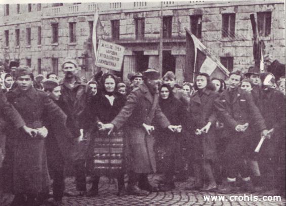 Proslava proglašenja republike. Proglašenje republike slavilo se i plesanjem kola. Partizani kolo plešu zajedno s civilima, mladi zajedno sa starijima. Nastoji se istaknuti solidarnost generacija.