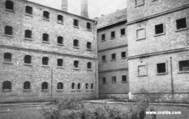 Zatvor u Srijemskoj Mitrovici. Zatvori poput ovog u Srijemskoj Mitrovici bili su jedan od glavnih oružja državne represije usmjerene kako protiv HSS tako i protiv drugih protivnika vladajuće politike u kraljevini Jugoslaviji. HSS došavši na vlast sam se koristi državnom represijom protiv svojih političkih protivnika. Tako vlasti banovine Hrvatske osnivaju logor u blizini Travnika u koji zatvaraju komuniste i ustaše s kojima su nekada zajedno boravili po zatvorima.