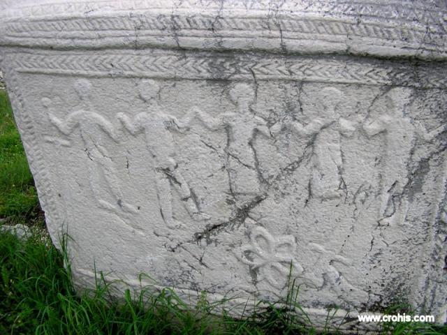 Na stećcima su česti motivi plesa. Pojedini autori daju tom motivu mistično značenje no vjerojatno su prikazi plesanja kola na stećcima predstavljali dio pogrebnih običaja u srednjem vijeku. Na grobu su sudionici sprovoda jeli i pili, a dio hrane i pića ostavljali su i pokojniku.