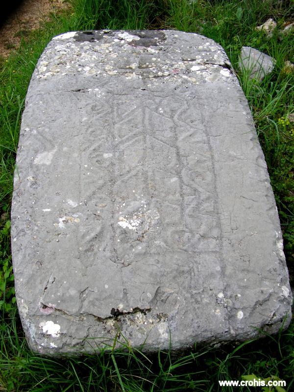 Najstarijim oblikom stećka smatra se onaj u obliku ploče. Pojavljuje se tijekom 12. i 13. st. Ovaj tip stećka ostao je u upotrebi dokle god je postojao običaj ukapanja pod stećcima.