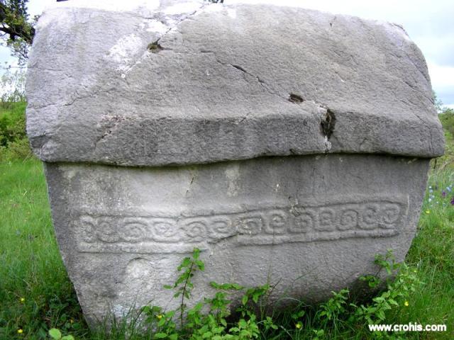 Spirala je uobičajen motiv na stećcima. Prema nekim istraživačima ovaj motiv je vezan uz drevna vjerovanja u ponovno rođenje koja su se stopila s kršćanskim predodžbama.