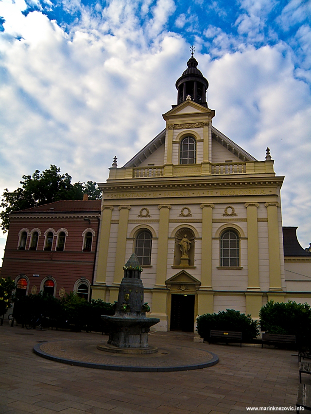 Crkva Braće od milosrđa s fontanom od Zsolnay keramike.